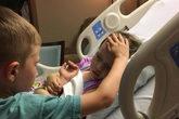Jackson consuela a su hermanita Addy, de cuatro años, poco antes de...