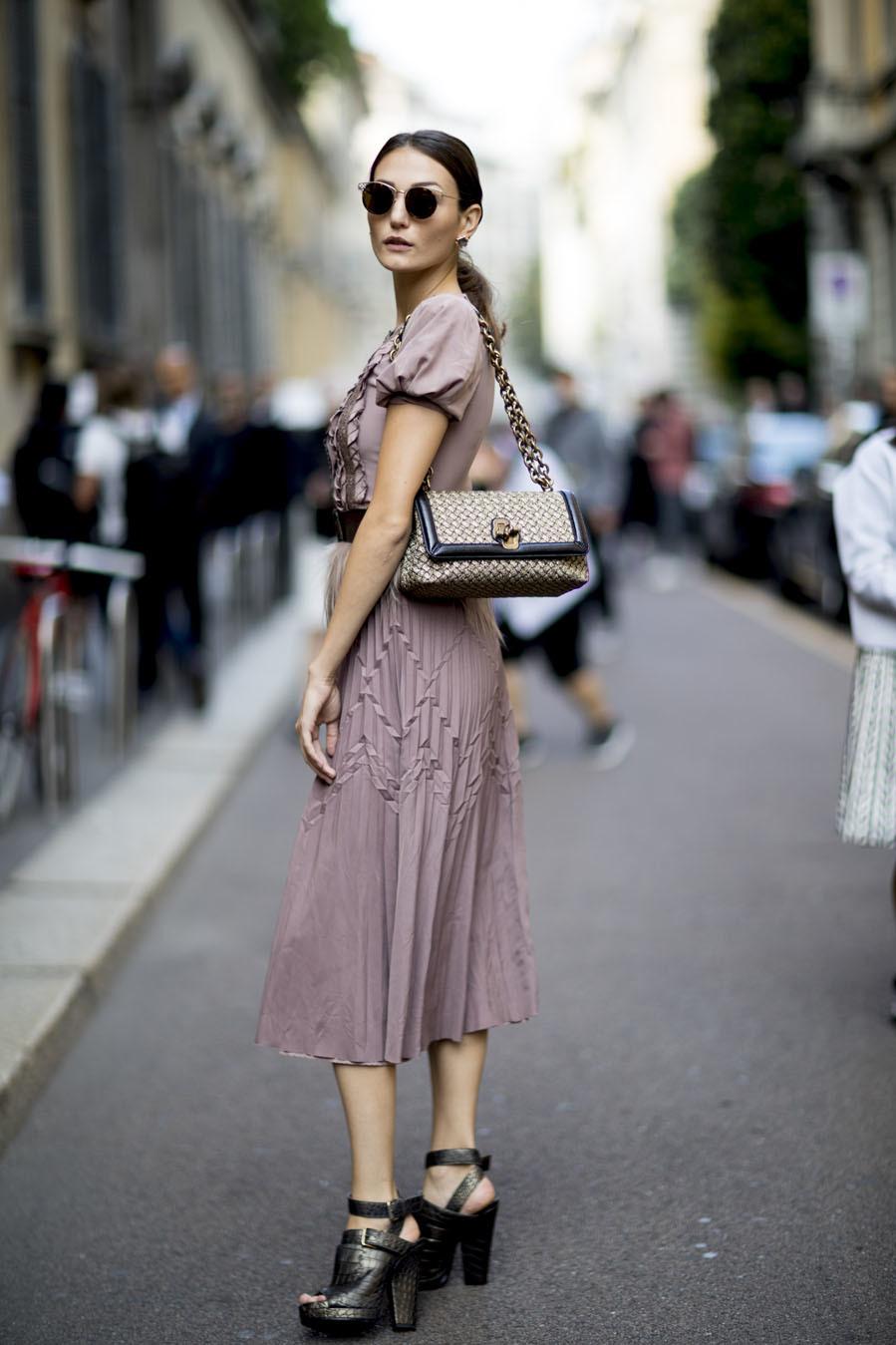 Un mismo vestido puede transformarse para el día o la noche en...