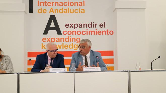 El rector de la Unia, José Sánchez Maldonado, y el consejero de Economía, Antonio Ramírez de Arellano.