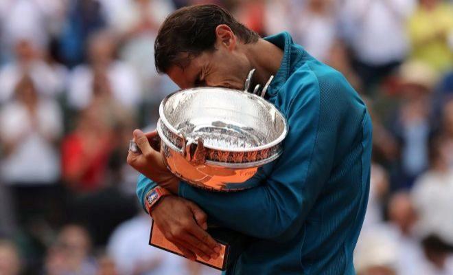 Nadal, emocionado, con su undécimo trofeo de Roland Garros.