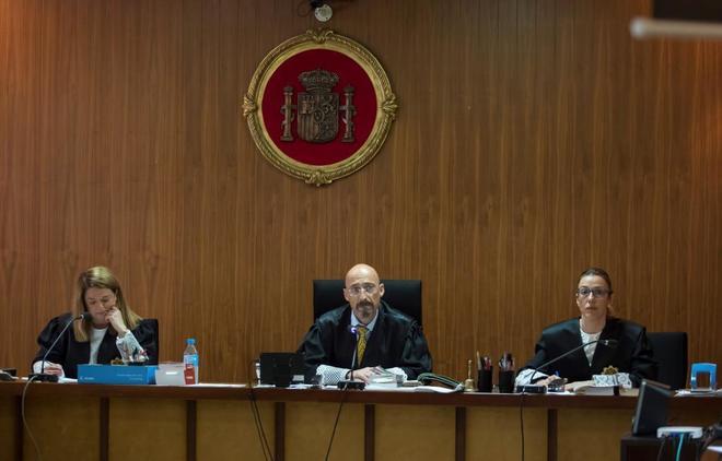 De izqda. a dcha., Samantha Romero, Santiago Pinsach y Rocio Martín, los miembros del tribunal que juzgó el 'caso Nóos' en la Audiencia de Palma.