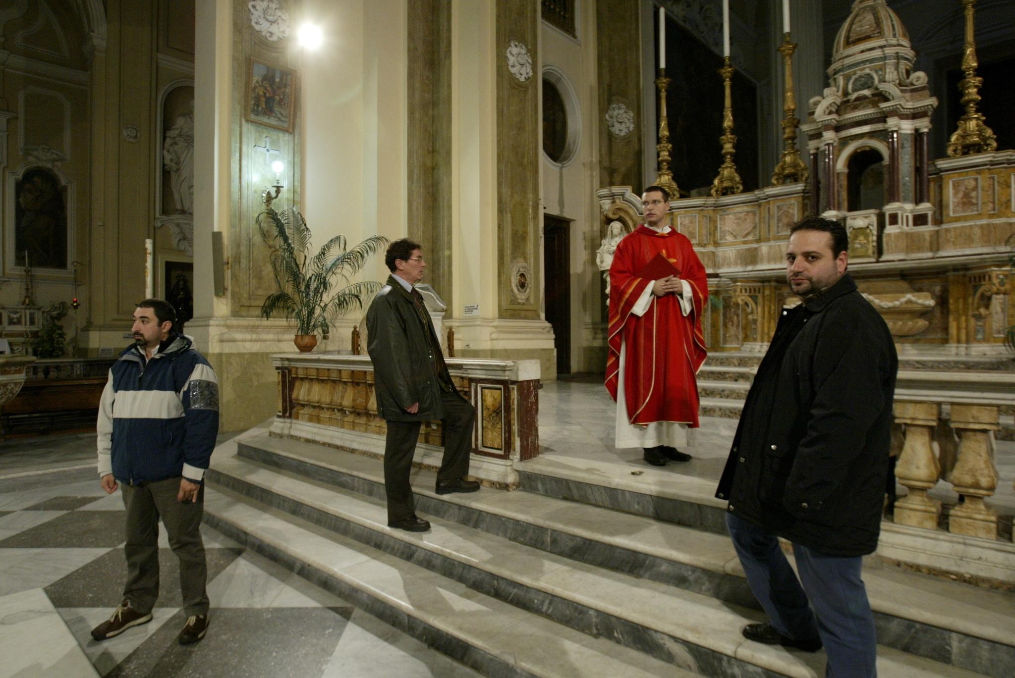 Al sacerdote Merole le dejaron sin sus 'ángeles de la guarda' el año pasado.
