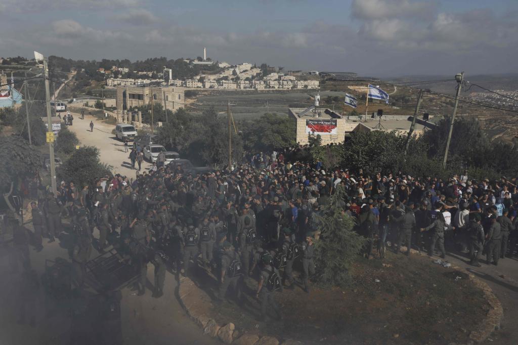 La policía israelí  comienza a evacuar las viviendas, destinadas a...