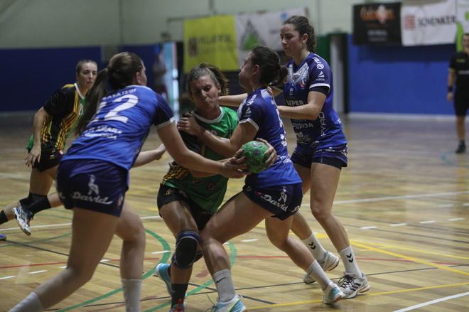 Una de las jugadoras del equipo femenino disputando un balón.