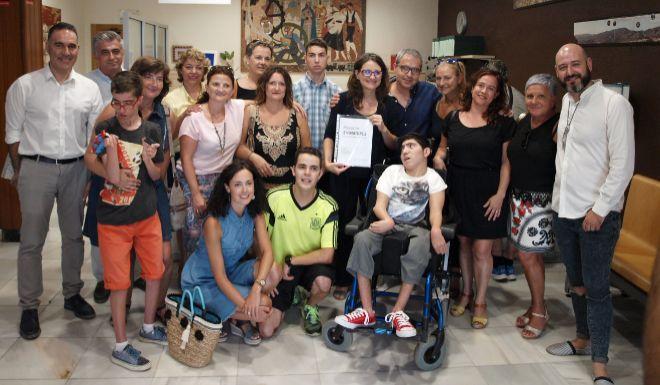Miembros de la asociación y varios alcaldes de las comarcas de l'Alcoià y El Comtat, con la consellera de Igualdad, Mònica Oltra,durante su visita al CEEP Sanchis Banús de Ibi.