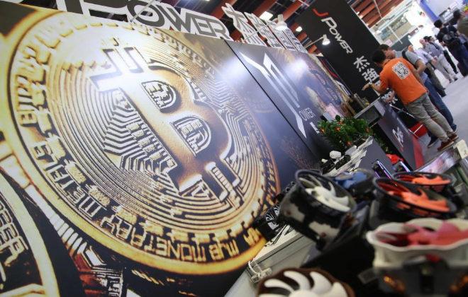 Vista de un logotipo de la moneda virtual bitcoin en Taiwán.