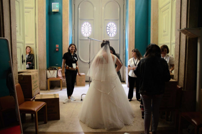 La modista hace los últimos retoques del vestido de Sara Santos.