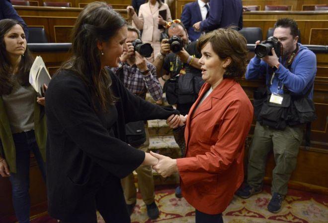 Irene Montero recibe el pésame de Soraya Sáenz de Santamaría.