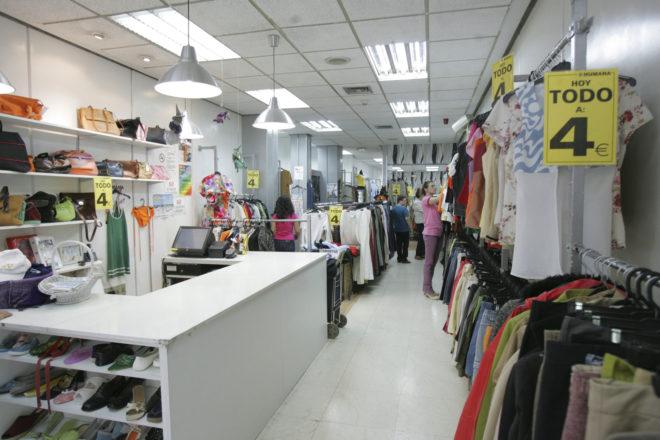 733569308cc2 Interior de una tienda de ropa de segunda mano en Madrid EL MUNDO