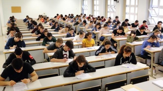 Alumnos andaluces realizan un examen de la primera jornada de la selectividad en una clase de la Pablo de Olavide.