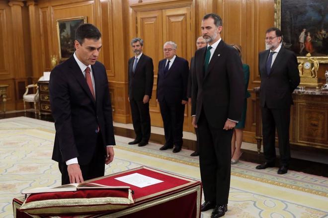 Pedro Sánchez jura su cargo delante de la Constitución.