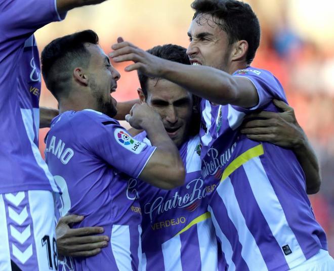 Kiko Olivas celebra su gol, el primero del partido de ida de la final por el ascenso.