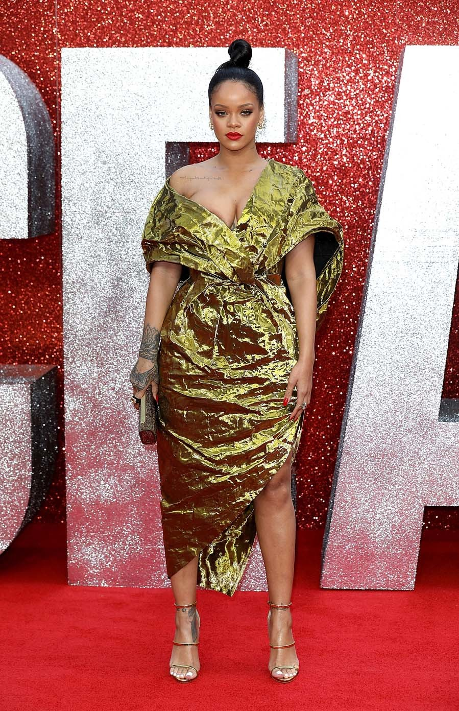 Rihanna lució un vestido con efecto arrugado en dorado metalizado de...
