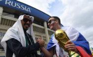 Un seguidor de Arabia Saudí y uno de Rusia se dan la mano horas antes del partido inaugural.