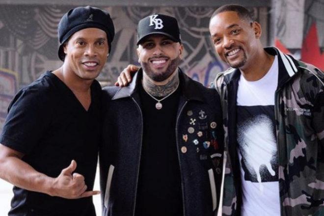 El ex futbolista Ronaldinho junto a Nicky Jam y Will Smith.