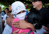 Una madre abraza a su hijo, arrestado por participar en una protesta...
