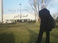Sara, maestra iraní, ante el estadio Azadi de Teherán, donde las mujeres no pueden entrar.