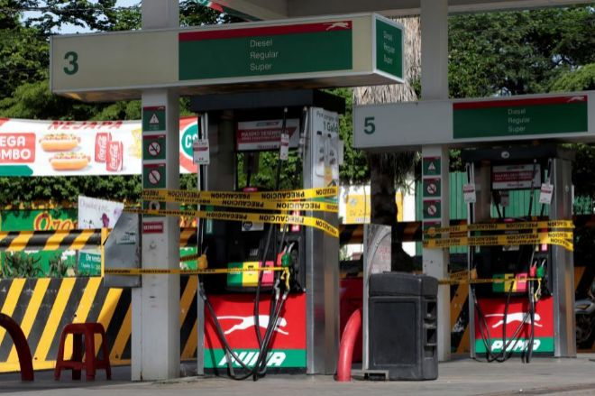 Una gasolinera, cerrada con cordones, en la capital durante la jornada del paro.