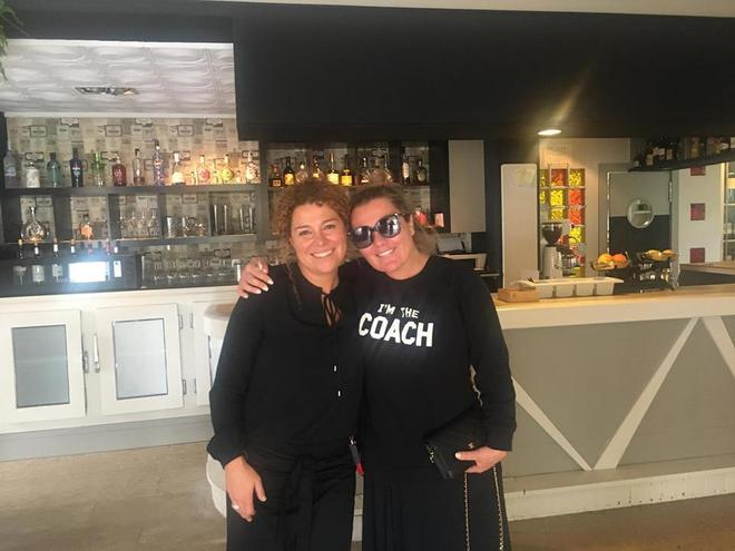 Amaia Montero posando con la dueña del restaurante donde comió el día la fatídica actuación.