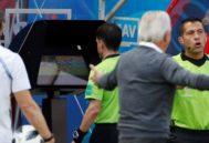 El árbitro Andrés Cunha revisa en el VAR el penalti contra Griezmann.