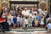 El Papa Francisco posa con miembros del Foro de la Familia en el...