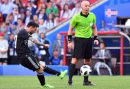 Leo Messi en la acción en la que falló un penalti ante Islandia, este sábado en Moscú.