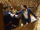 Pedro Sánchez y Pablo Iglesias se estrechan la mano durante la...