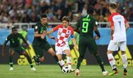 Luka Modric conduce el balón ante el nigeriano Leon Balogun.