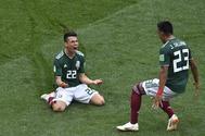 Hirving Lozano (i) celebra el tanto del triunfo de México sobre Alemania.