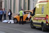 El taxi derribó varias señales de tráfico después de embestir...