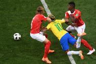 Neymar cae sujetado por  lo suizos Lang y Embolo.