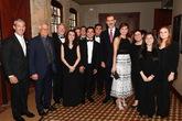 La Reina eligió un conjunto en blanco y negro de Carolina Herrera...