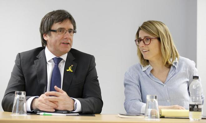 El ex president Carles Puigdemont junto a la conseller de Presidencia, Elsa Artadi