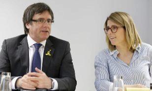 El ex president Carles Puigdemont junto a la conseller de Presidencia,...