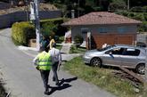 Agentes de la Guardia Civil en las inmediaciones de la casa donde fue...