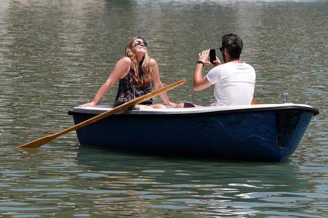 Dos personas disfrutan del buen tiempo en el madrileño parque de El...
