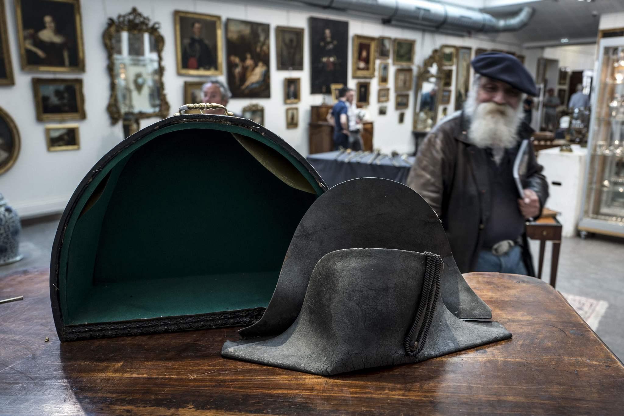Un comprador anónimo adquiere por 350.000 euros el sombrero que