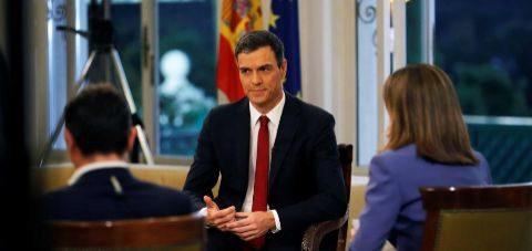 Pedro Sánchez, en un momento de su primera entrevista como presidente...