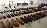 Hangar en el aeropuerto de Lampedusa con 330 ataúdes en su interior.