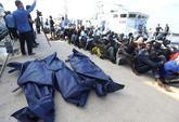 Cadáveres y emigrantes africanos rescatados de un barco  frente a la...