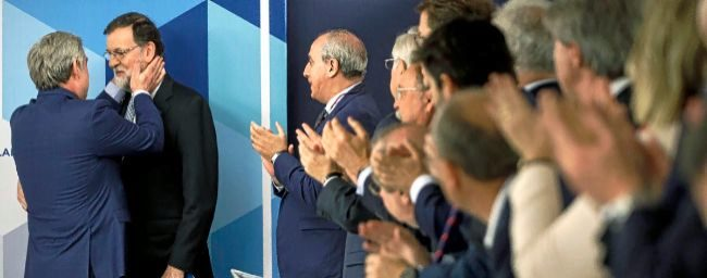 Mariano Rajoy es ovacionado, el pasado 5 de junio, en el Comité...