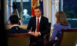 El presidente del Gobierno, Pedro Sánchez (c), acompañado por los...