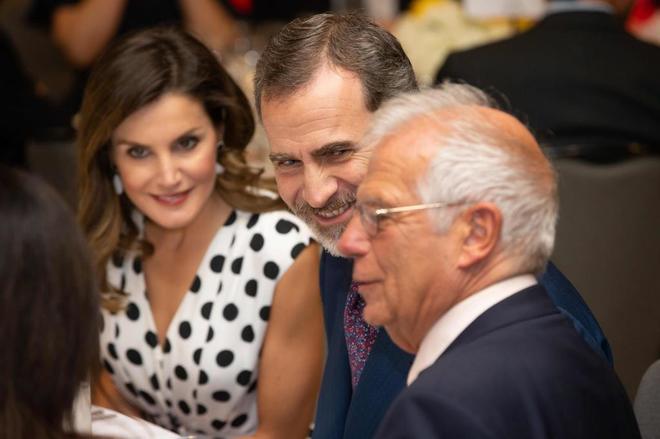 El Rey Felipe VI junto a la Reina Letizia y al ministro de Asuntos...