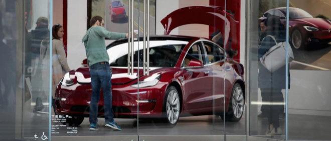 Un Tesla Model 3 en un concesionario de Chicago (EEUU)