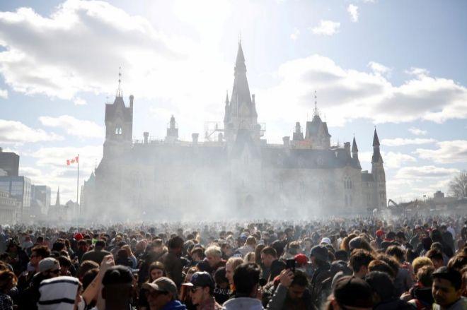Columnas de humo de marihuana durante la marcha anual de 4/20 frente al parlamento canadiense.