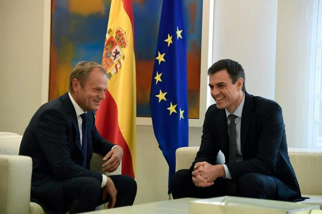 Pedro Sánchez y el presidente del Consejo Europeo, Donald Tusk, el...