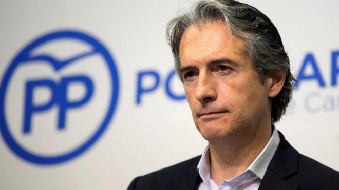 El ex ministro de Fomento Íñigo de la Serna, en rueda de prensa en Santander.