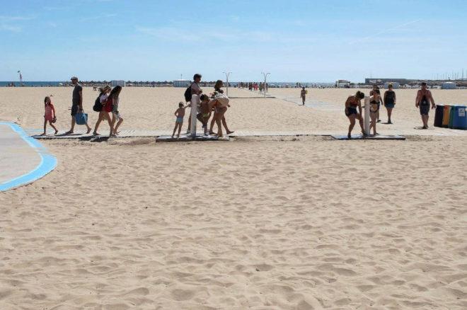 Familias disfrutan del sol y las altas temperaturas, acelerando la...
