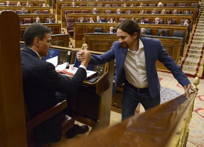Pedro Sánchez saluda a Pablo Iglesias en el debate de la moción de censura al PP