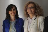 La periodista Elsa González (dcha.), junto a la ministra de Defensa,...